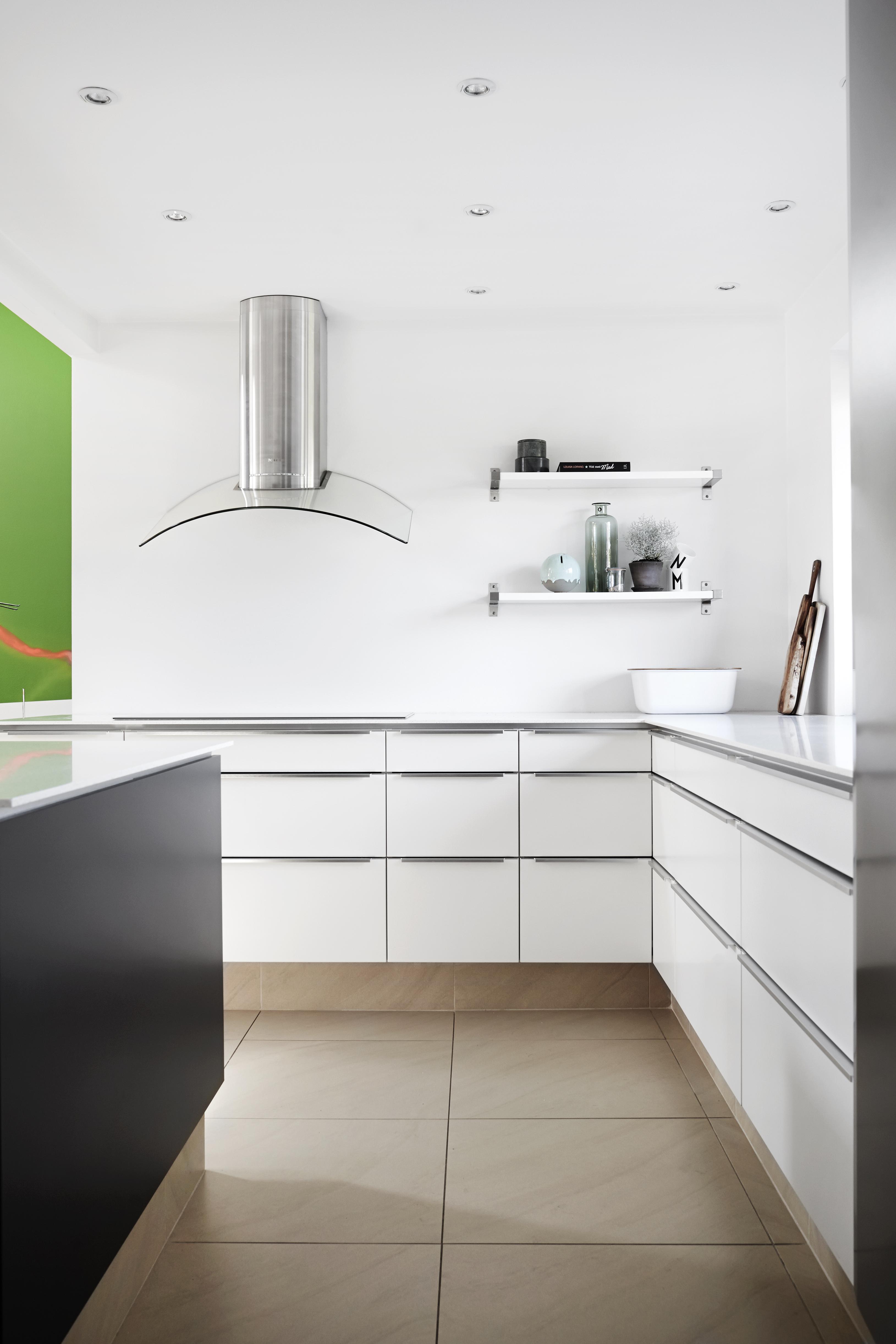 Tvis Køkkener i Aalborg: Moderne køkken med rum til mad og mennesker