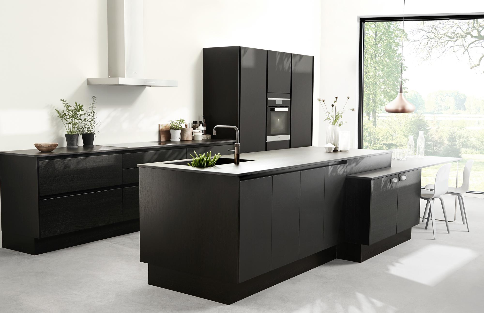 Køkken i mat sort med læder