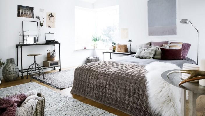 Indret det hyggelige soveværelse med skydedøre og lamper