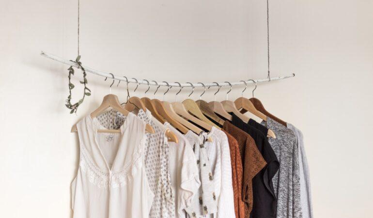 Tøjstativer til butikker og messer – hvad skal du vælge?